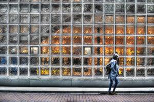 銀座のガラス張りの壁