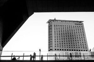 歩道橋の向こうに新宿サザンタワー