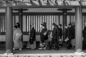 境内を歩く結婚式の参列者