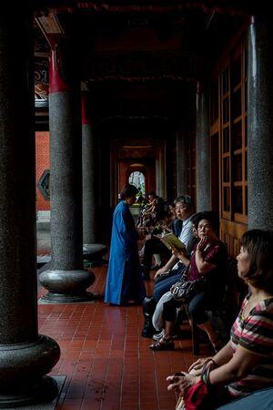 行天宮の回廊にいた参拝客