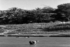 ナムカーン川の浅瀬に立つ老婆