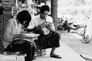 本を読みふける若い男女