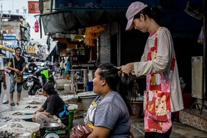 商店街で髪を結う女性
