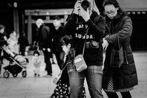 二台のカメラを携えた女性