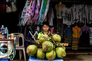 ココナッツを売る男の子
