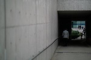 新宿イーストサイドスクエアの四角いトンネル