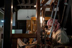 古民家で機織りをする女性