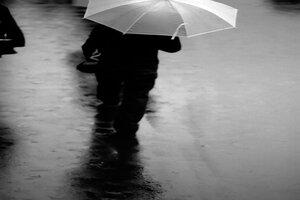 雨の中を歩く男