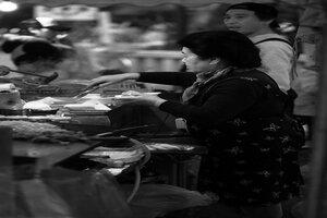 浅草寺境内に出ていた屋台で働く女性
