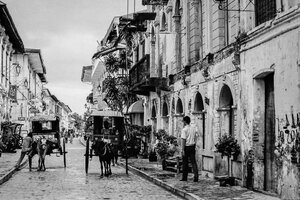 Horse carriages in Calle Crisologo