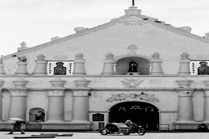 Tricycle stopping in front of Laoag Cathedral
