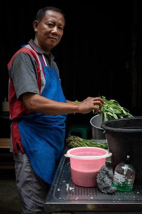 野菜を洗剤で洗う男