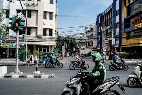 ジャカルタの町を走るバイク