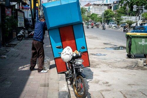 大きな箱を後部に取り付けたバイク
