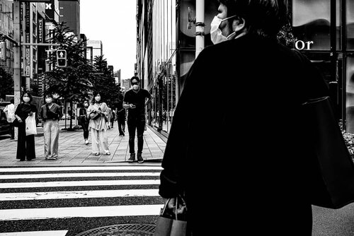 銀座の中央通りで信号待ちする人