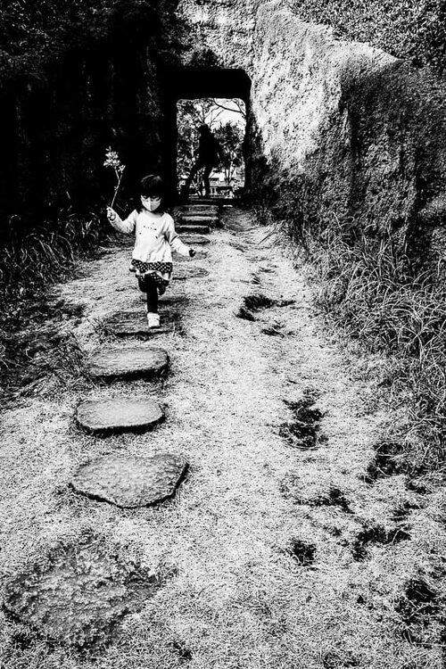 花を手に走る女の子