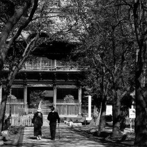 称名寺の仁王門の前を歩くふたり