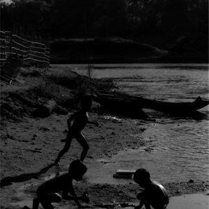 河原で遊ぶ子どもたちのシルエット