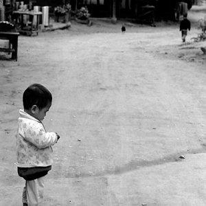 友達を見送る幼い男の子