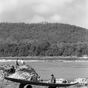 陸揚げされたボートの上に腰を下ろしていたふたりの男