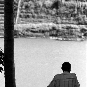 ナムカーン川を眺める男