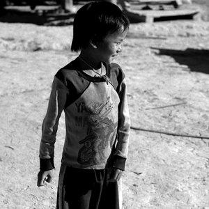 横を向いたアカ族の幼い男の子