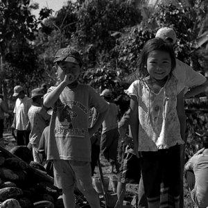 工事現場近くで遊んでいた男の子と女の子
