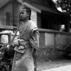 素足で托鉢していた幼い僧侶