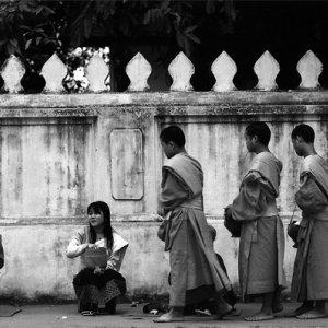 施しの順番待ちをする僧侶たち