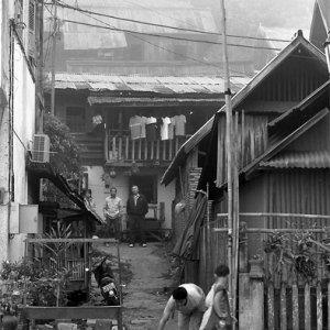 歩道を歩く若い僧侶