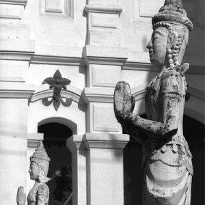 並んでいた合掌する石像