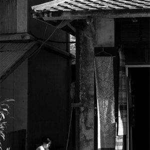 道端で家事をする女性