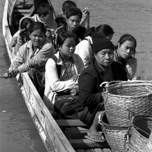メコン川の渡し船に乗った乗客