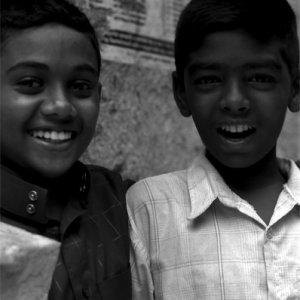 路地で笑うふたりの男の子