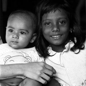 笑顔の女の子と赤ん坊