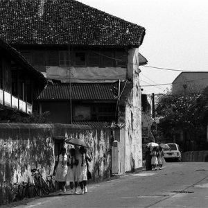 旧市街の道を歩く女子学生