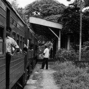小さな駅に停車中の列車