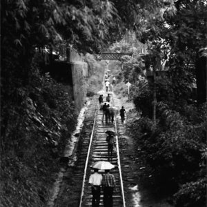 線路の上を歩く地元の人びと