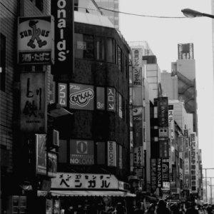 賑わう新宿の通り