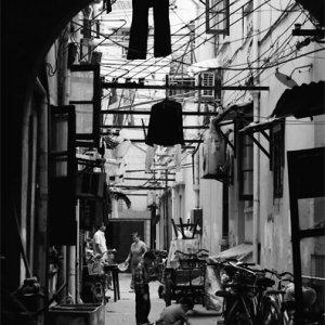 薄暗い路地で遊ぶふたりの男の子