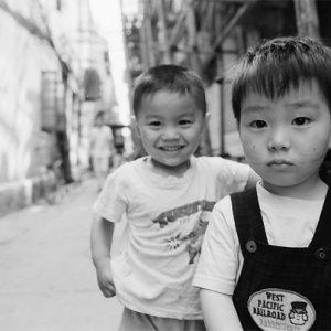 路地で仲良く遊んでいた二人の幼い男の子