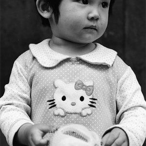 キティちゃんがプリントされた服を着た幼い女の子