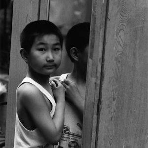 鏡の前に立つ男の子