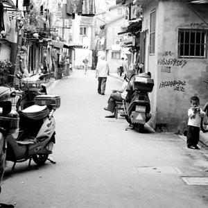 道端にひとりで佇む幼い子ども