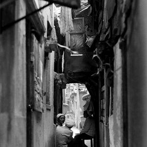 薄暗い路地で休憩中の女性