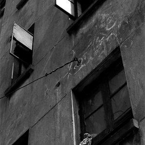 古びたビルの開けられた窓