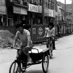 並んで走る三輪車と自転車