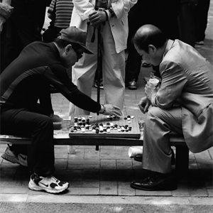 公園で碁を打つふたりの男