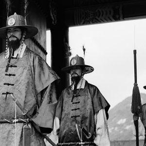 真面目な顔で演じる守門将に扮した男たち