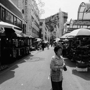 道路を横断する女性